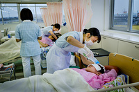 Mizusawa Gakuen School of Nursing: nursing student learning how to care of patient's hair on bed rest